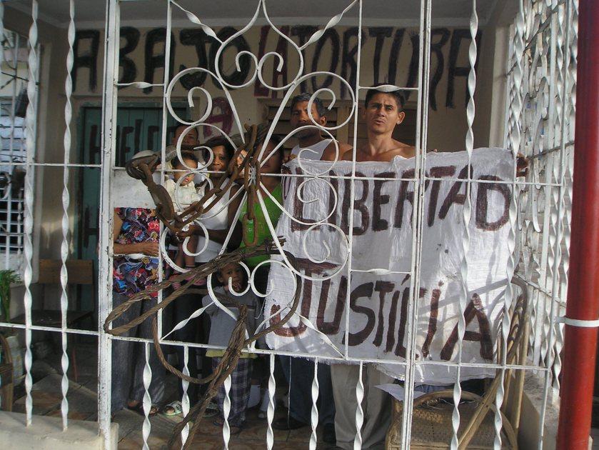 Carteles en la fachada de la casa de Jorge Cervantes/ Contramaestre/Stgo de Cuba