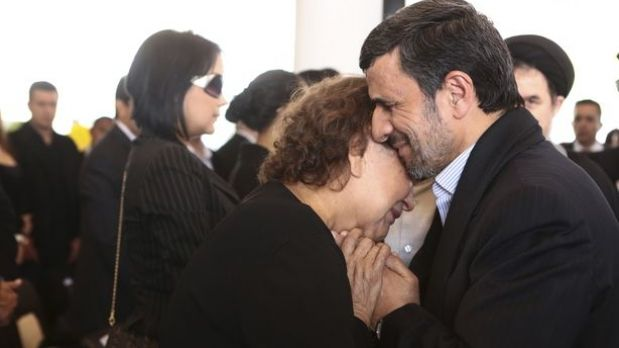 Ahmadinejad abraza a madre de Chávez