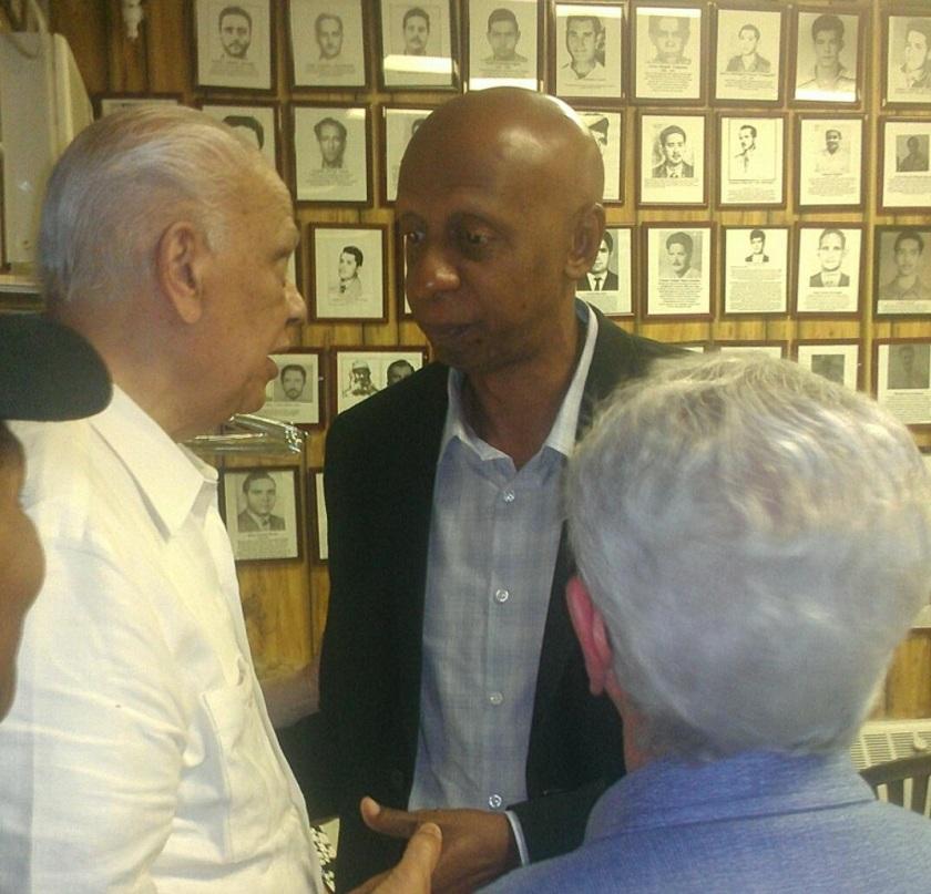 Guillermo Fariñas conversa con ex presos políticos