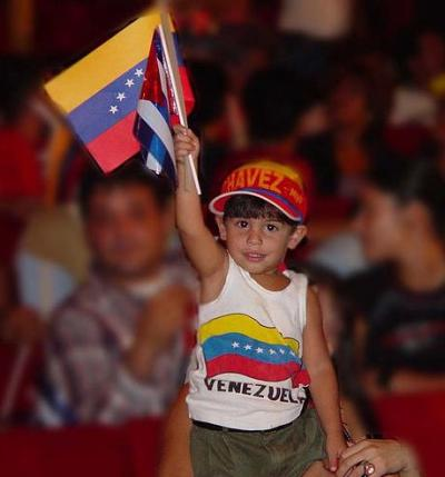 Un niño venezolano celebra durante las últimas elecciones  la proxima instauración en el país de la libreta de racionamiento