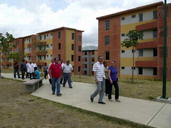 Recorrido de funcionarios cubanos por lugares construidos con cemento de Cuba