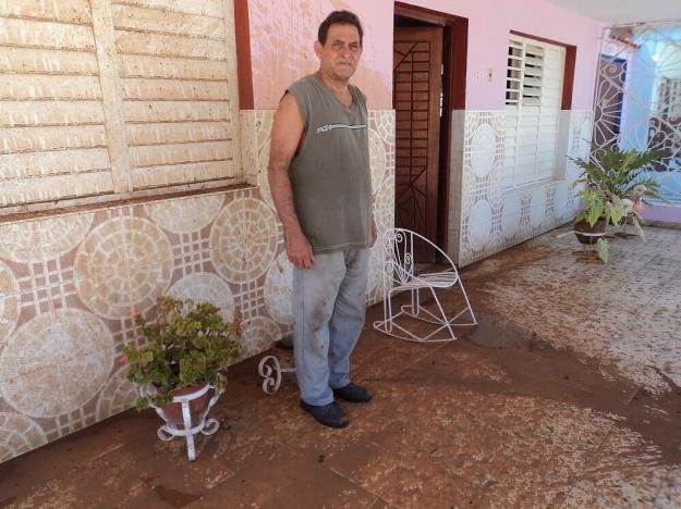 Feliep Marrero esposo de Caridad Burunate muestra lo que hicieron las turbas en su casa el domingo 28 julio 2013