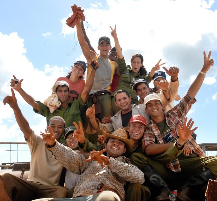Jóvenes en escuela al campo