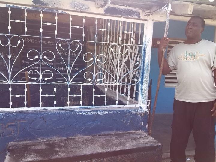 Antúnez después del primer allanamiento donde le robaron todo en su casa y le pintaron la fachada volvió a situar las consignas antigubernamentales.