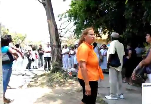 La mujer dijo a los activistas que era de EE.UU.