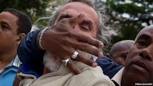 Agustín López fue detenido el 10 de diciembre de 2014 un militar le tapa la boca para evitar que grite consignas