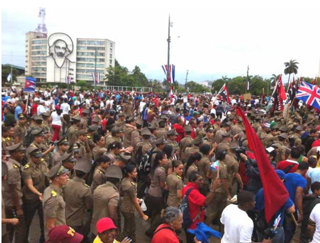 Desfile militar el dia de trabajadores en Cuba