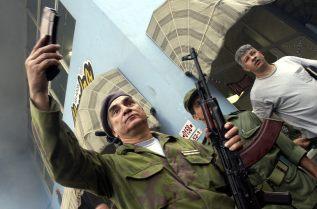 """HAB05 LA HABANA (CUBA) 19/12/04.- Un militar imparte instrucciones al personal civil minutos antes de comenzar un """"enfrentamiento con el enemigo"""" hoy, domingo 19 de diciembre, en el popular barrio de Centro Habana, como parte del Día Nacional de la Defensa, que pone fin al Ejercicio Militar Bastión 2004. EFE/Alejandro Ernesto"""
