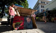 636165642247966791p-un-hombre-vende-libros-y-carteles-politicos-en-la-plaza-de-armas-de-la-habana-vieja-hoy-5-de-diciembre-de-2016