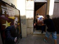 HAB100. LA HABANA (CUBA), 05/12/2016.- Dos hombres cargan cajas de cerveza en un restaurante privado de La Habana hoy, 5 de diciembre de 2016, un día después de la inhumación de las cenizas del líder cubano Fidel Castro. La capital del país regresa a su vida cotidiana, tras nueve días de duelo nacional por la muerte de Castro. EFE/Rolando Pujol