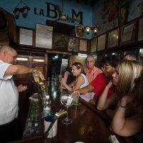 HAB100. LA HABANA (CUBA), 05/12/2016.- Turistas beben mojitos en el Bar Restaurante La Bodeguita del Medio en La Habana hoy, 5 de diciembre de 2016, un día después de la inhumación de las cenizas del líder cubano Fidel Castro. La capital del país regresa a su vida cotidiana, tras nueve días de duelo nacional por la muerte de Castro. EFE/Rolando Pujol