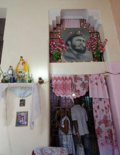 HAB115. LA HABANA (CUBA), 02/12/2016.- Vista de un altar en homenaje al fallecido líder cubano Fidel Castro junto a la Virgen de la Caridad hoy, viernes 2 de diciembre de 2016, en La Habana (Cuba). La urna con las cenizas de Castro, que partió desde La Habana, se encuentra en viaje de cuatro días por la isla hasta la Ciudad de Santiago en donde se celebrara su funeral el domingo 4 de diciembre. EFE/Rolando Pujol