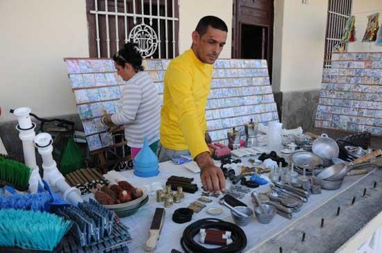 Policía arresta y reprime a vendedores, luego los acusa dedesacato