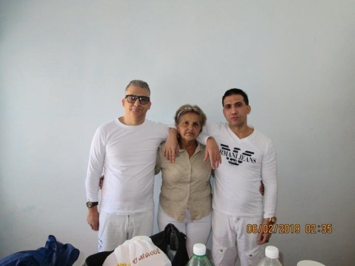 Maikel Delgado Aramburo y Harold Alcalá Aramburo junto a Estrella Aramburo  Foto de Alejandro Hernández Cepero