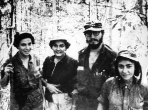 Fidel con guerrilleras de su unidad en Sierra Maestra